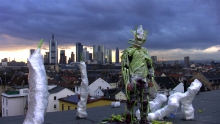 """""""Standbild aus Vertical Distraction, Performancevideo von Dennis Feser, 2010"""" Co"""