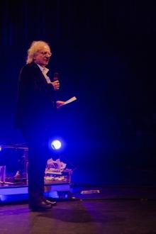 """Picture of Siegfried Zielinski introducing the performance """"Erklär mir bitte, was beunruhigend sein soll  am Einlassen von Badewasser!"""""""