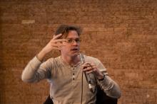 """Picture of Clemens Apprich at the launch of his book """"Vernetzt – Zur Entstehung der Netzwerkgesellschaft"""""""